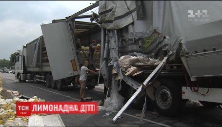 Лимонадное ДТП: под Киевом разбилась фура, перевозившая сотни ящиков с газированной водой