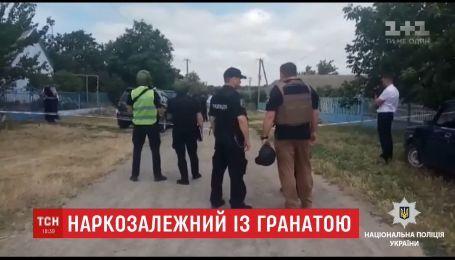 На Одещині наркозалежний взяв у заручники матір, стріляв у поліцію та кидав гранати