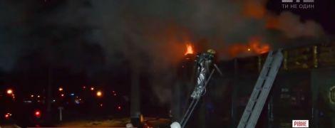В Ровно на железной дороге загорелся поезд