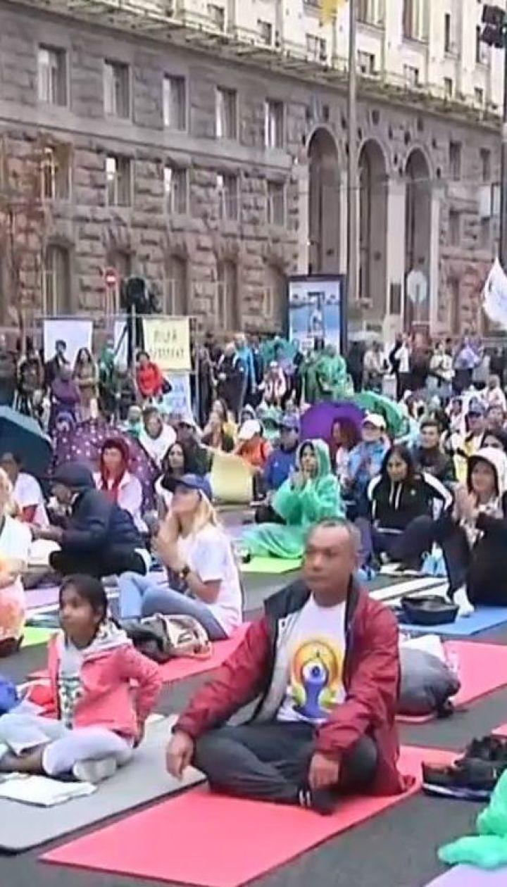 У Києві сотні людей зібралися просто неба під дощем, аби практикувати йогу