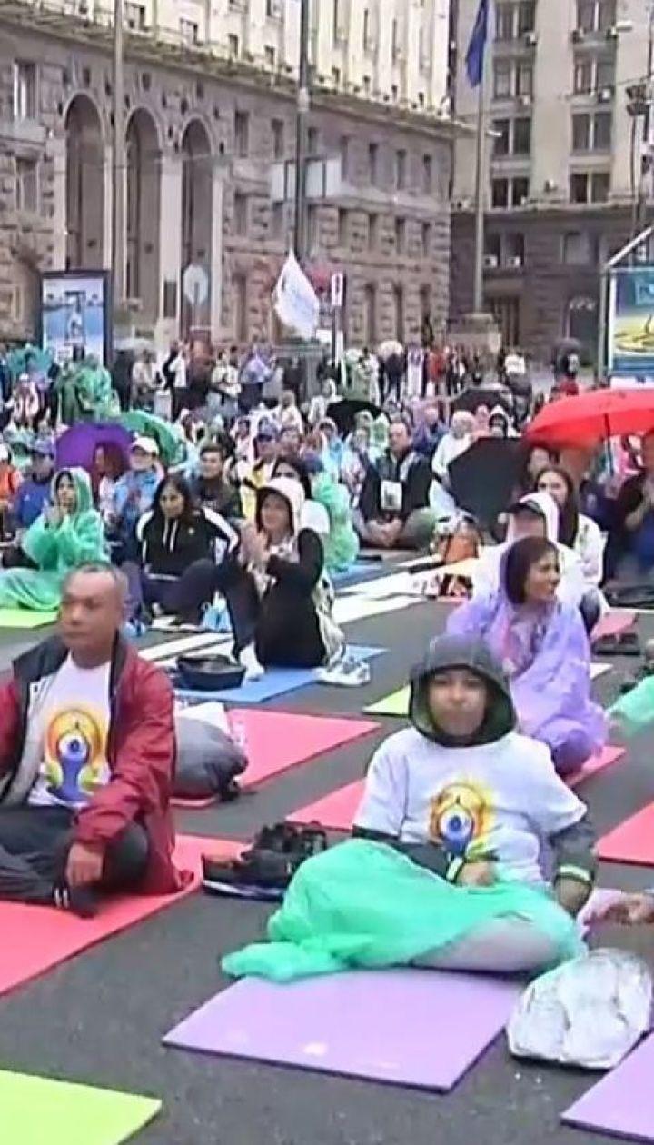 В Киеве сотни людей собрались под открытым небом под дождем, чтобы практиковать йогу