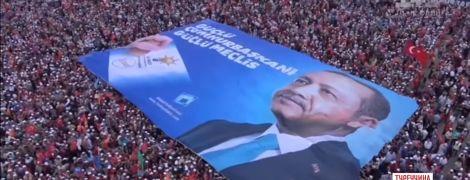 У Туреччині в переддень доленосних виборів на вулиці вийшли прихильники Ердогана і Індже