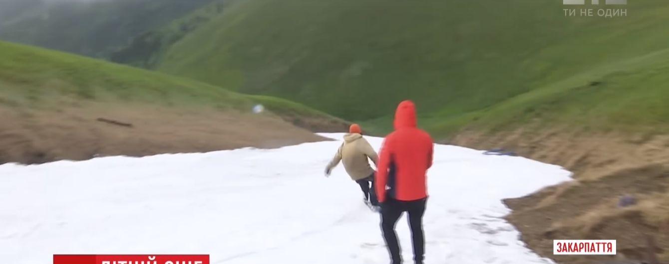 Спуски на сноубордах і снігові баби: молодь креативно використала раптовий снігопад у Карпатах