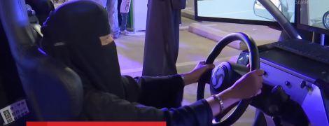 Цієї ночі остання країна світу скасовує заборону на водіння машин жінками