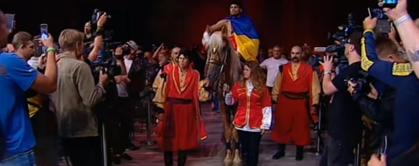 Суперперформанс по-українськи: Берінчик з'явився на бій, сидячи на коні