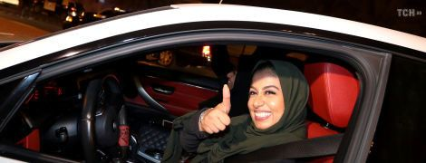 За кермом, але у хіджабі: як жінки у Саудівській Аравії святкують зняття заборони на водіння машин