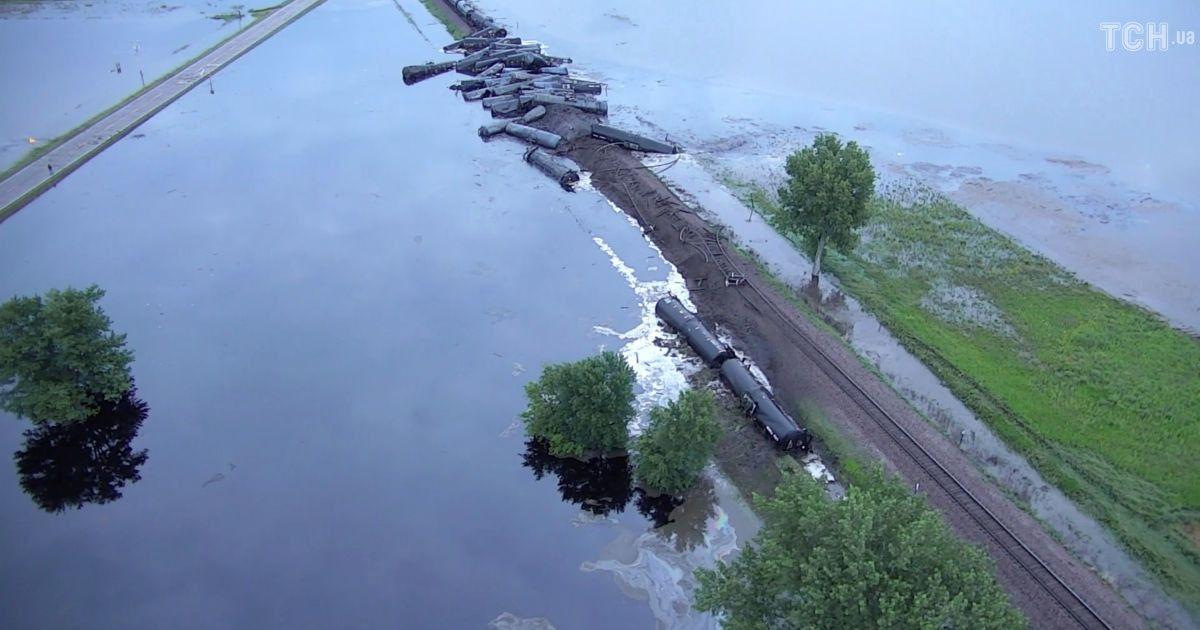 В США сошли с рельсов более 30 вагонов с нефтью