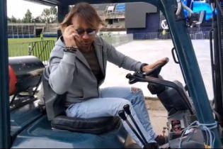 Олег Винник погонял на тракторе по стадиону