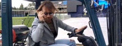 Олег Винник поганяв на тракторі стадіоном