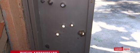 Ночной взрыв в Одессе: в домах повыбивало стекла, а запчасти от авто залетели на балконы
