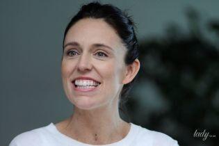 В белой тунике и с ребенком на руках: премьер-министра Новой Зеландии выписали из больницы