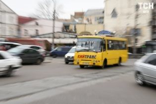 Літаюче колесо маршрутки розбило Mercedes-Benz у Києві