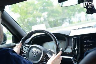 Дослідження показали, що жінки уважніше за чоловіків керують автомобілем