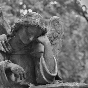 Пятеро подростков на кладбище изнасиловали 14-летнею девочку, после чего она покончила с собой