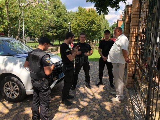 З'явились фото з місця затримання помічника депутата, який поранив підлітка під Києвом