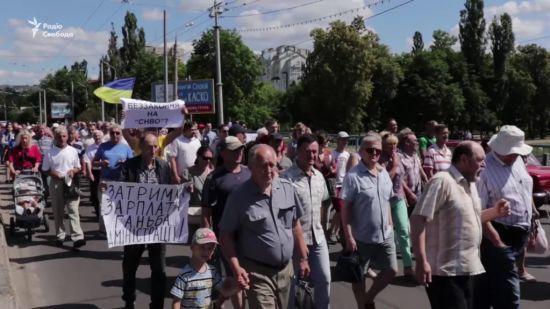Із порожніми кастрюлями та мисками: працівники сумського заводу протестували через борг із зарплат