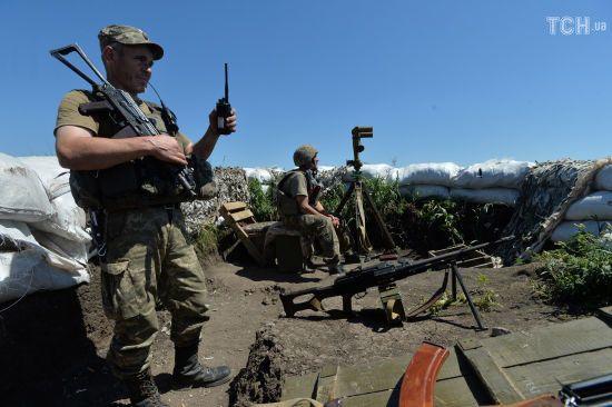 """Ситуація на Донбасі: бойовики обстрілюють українські позиції із забороненої """"Мінськом"""" зброї"""