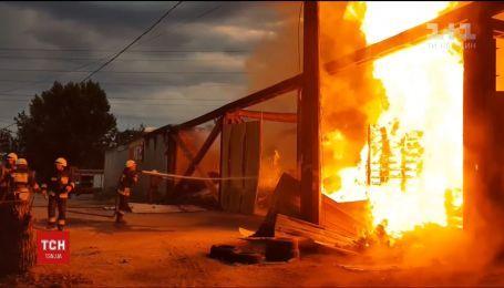 В Днепре загорелся склад с деревянными поддонами