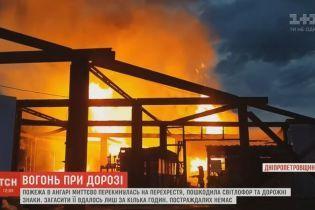 В Днепре ночью загорелся большой склад с деревянными поддонами