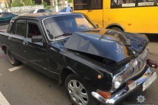 """У центрі Слов'янська """"Волга"""" врізалась у маршрутку з пасажирами, відкинувши її у стовп"""