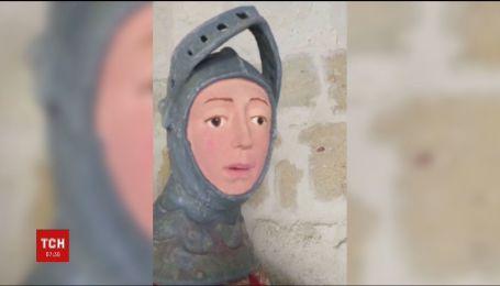 В Іспанії вчитель малювання перетворив скульптуру 16 сторіччя на розмальованого манекена