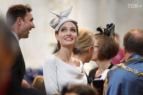 Елегантна Анджеліна Джолі у вишуканому капелюшку здивувала образом