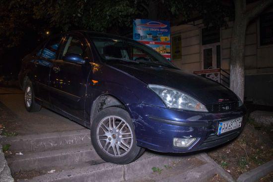 У Києві п'яний водій на Ford не зміг розминутися з припаркованими авто і завис на східцях