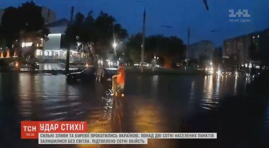 Величезний град, підтоплені хати і викорчувані дерева – українці оговтуються від негоди
