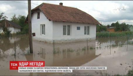 Сильні зливи та буревії прокотилися Україною