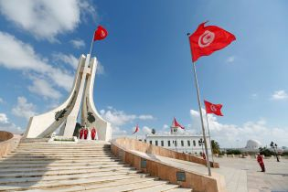 """Частина туристів, які """"застрягли"""" у Тунісі, повернулася до України"""