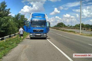 На Николаевщине водитель Fiat Doblo уснул и заехал под грузовик, пострадали дети