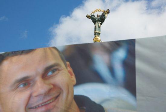 Сотні людей зібрались на Майдані Незалежності відсвяткувати день народження Сенцова