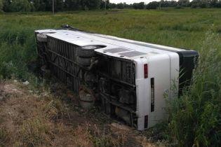 На Рівненщині заповнений пасажирами автобус вилетів з дороги та перекинувся