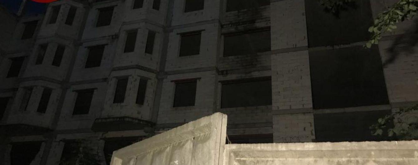 У Києві дівчина впала з недобудови, коли полізла туди фотографуватися