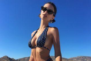 Отдыхает в Греции: Эмили Ратажковски в откровенном бикини похвасталась сексуальной фигурой