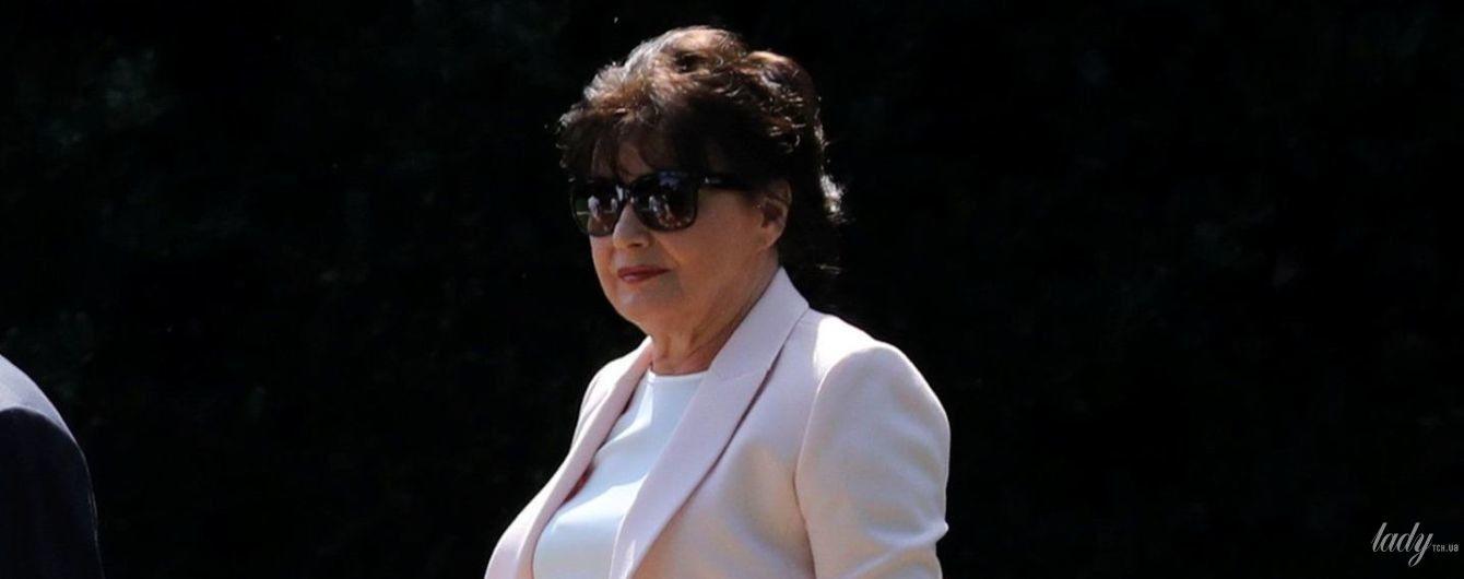У костюмі пастельного кольору і на шпильках: як виглядає 72-річна мама Меланії Трамп