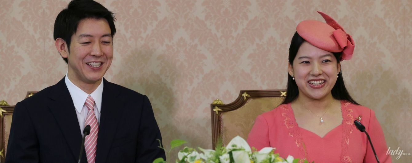 Японська принцеса Аяко у персиковій сукні і капелюшку постала на прес-конференції