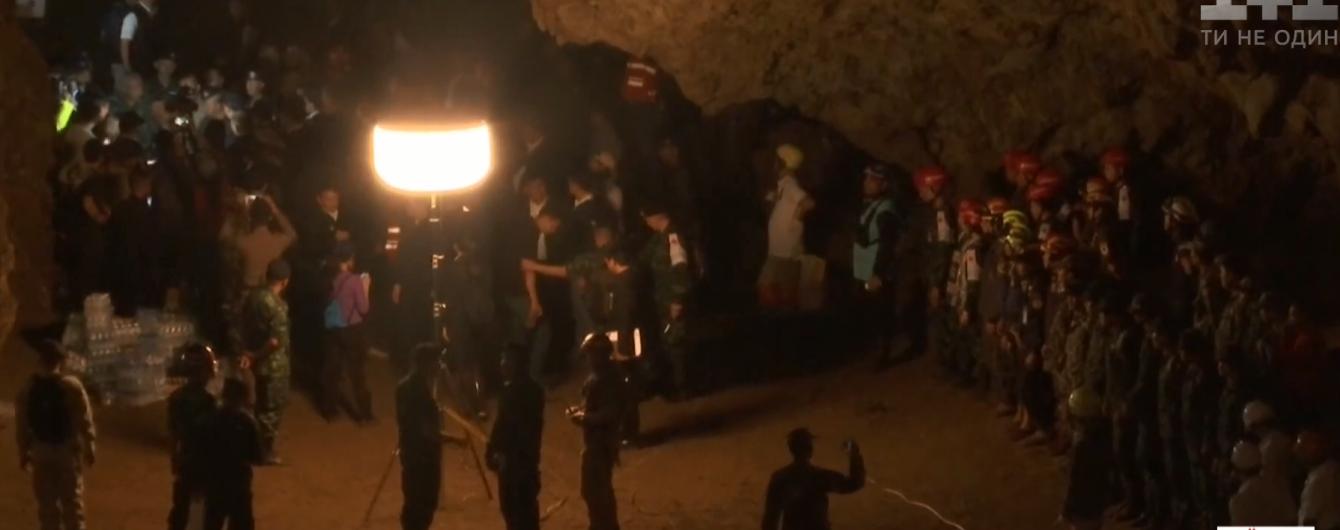 У Таїланді ламають голови над тим, як визволити заблокованих у печері футболістів раніше вересня
