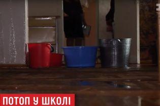 Зіпсовані комп'ютери та басейн замість спортзалу: у столиці злива завдала школі збитків на мільйони гривень