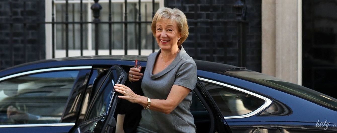 Ох, які коліна: член парламенту Великобританії блиснула стрункими ногами