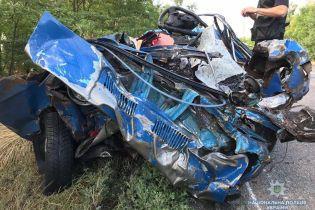 На Запорожье легковушка выехала на встречную и вдребезги разбилась о грузовик. Есть погибшие