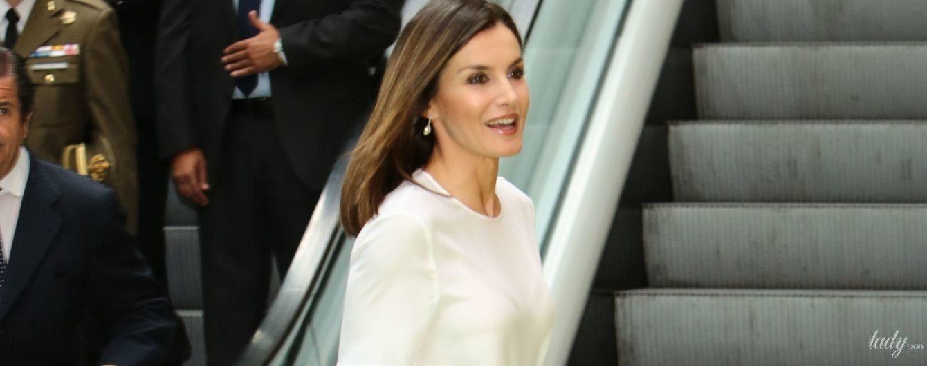 У світлій блузі та прозорій спідниці: елегантний вихід королеви Летиції