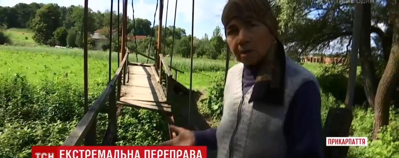 На мост с лестницей: на Прикарпатье селяне оригинально преодолевают переправу через реку