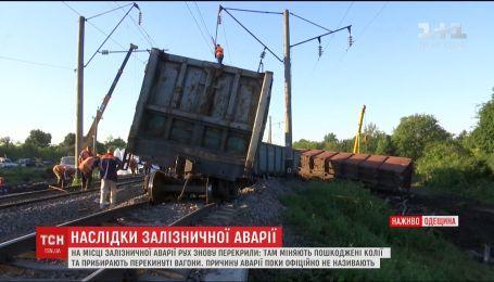 На месте железнодорожной аварии в Одесской области меняют поврежденные пути