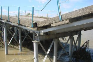 На Прикарпатті розвалився міст через річку Чечва
