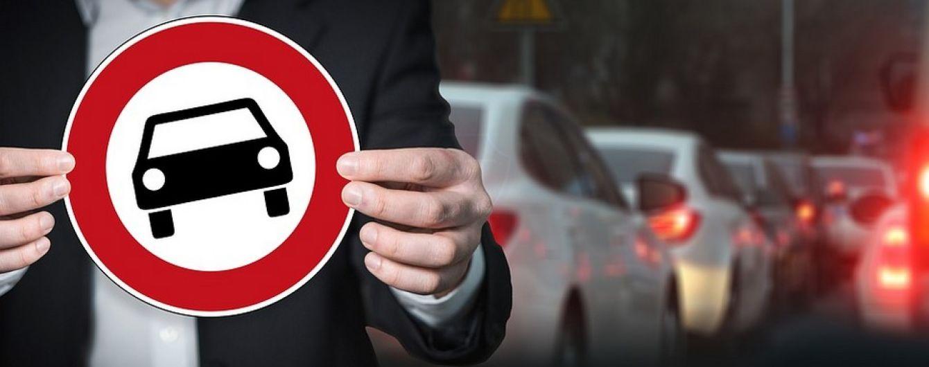 Поліція нагадала київським водіям про заборону проїзду, перекривши заїзд своїм автомобілем