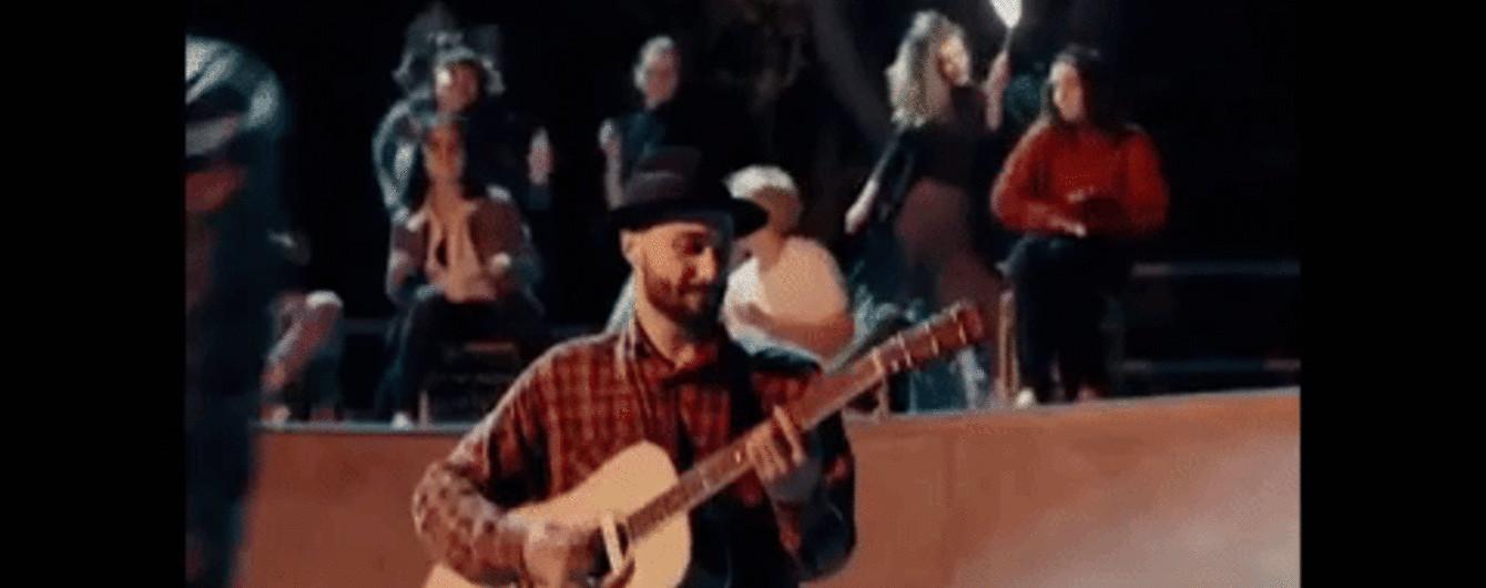 """Надувний фламінго і вічна молодість: учасник """"Голосу країни"""" DUDA випустив дебютний кліп"""