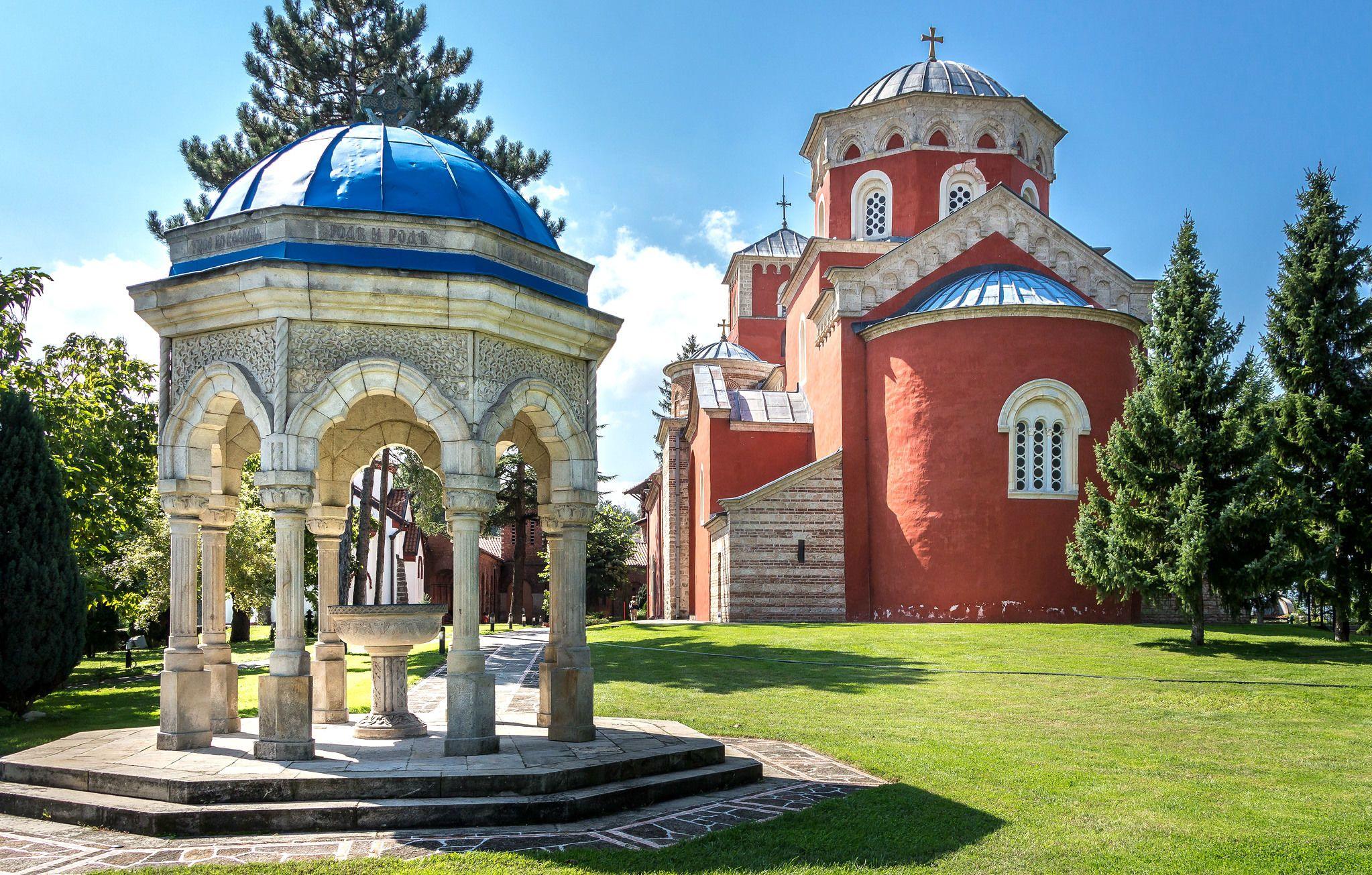 Сербія, місто Врнячка Баня, церква та джерело