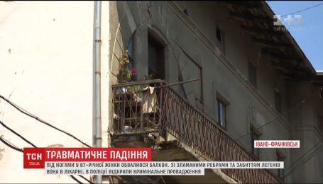 Вийшла на балкон й полетіла униз разом з ним. 87-річна жінка вижила після падіння з третього поверху