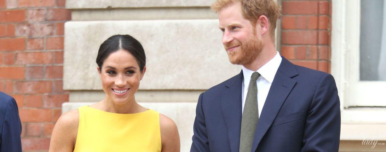 В сочном платье и за руку с мужем: новый выход герцогини Сассекской и принца Гарри